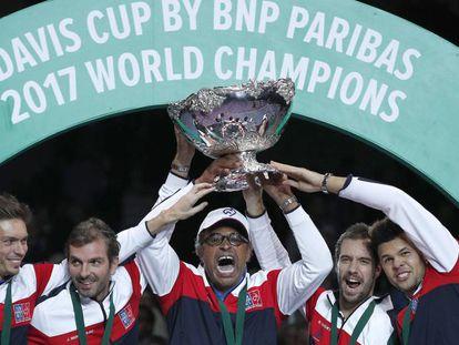 El capitán de Francia, Yannick Noah (c), eleva el título de campeón de la Copa Davis el pasado mes de noviembre.