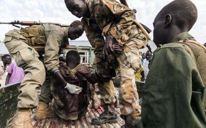Un herido llega a un campo de desplazados de Minkamen.