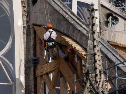 Phillippe Villeneuve, arquitecto jefe de los Monumentos Históricos, está al frente de las obras de estabilización y recuperación de la catedral incendiada hace tres meses