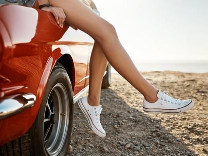 Cuando llega el calor recurrimos a calzado abierto o a zapatillas sin calcetines. GETTY IMAGES