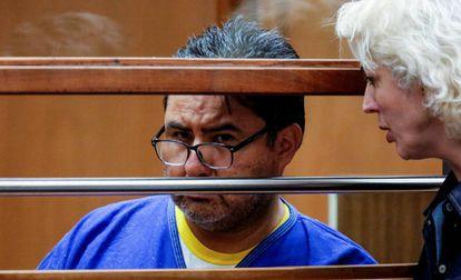 Naasón Joaquín García escucha a la traductora de la Corte de Los Ángeles, en la audiencia de este lunes.