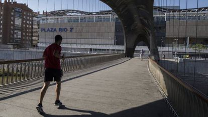 Acceso al centro comercial desde el puente que lo une a Madrid Río.