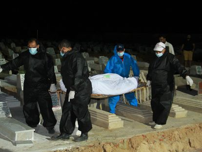 Imagenes del entierro de uno de los migrantes fallecidos en el naufragio del pasado junio en Sfax, Túnez.