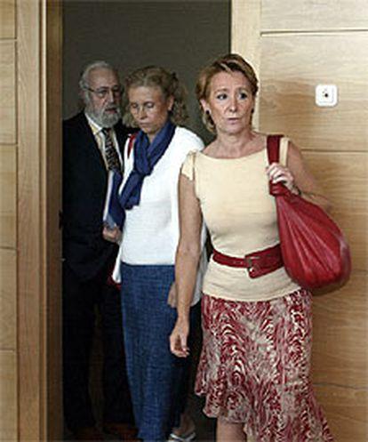 Esperanza Aguirre, a la derecha, ayer, en la Asamblea.