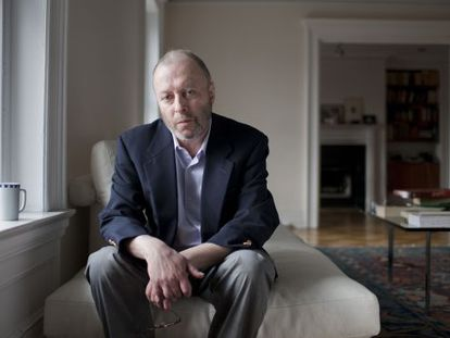 Christopher Hitchens, periodista y polemista británico-estadounidense, en su casa.