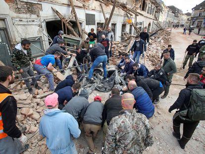 Escombros de un edificio en Petrinja, epicentro del terremoto, este martes.