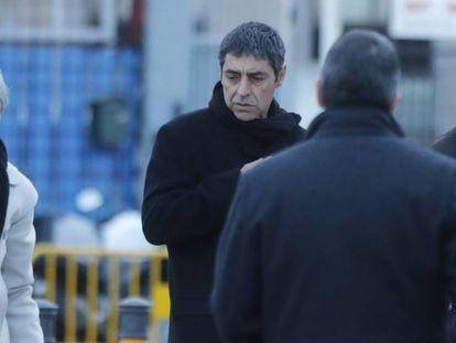 Josep Lluís Trapero, en el centro de la imagen, este lunes a su llegada a la Audiencia Nacional. En vídeo, los siete momentos clave de Trapero en el 'procés'.