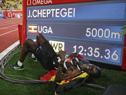 El atleta ugandés Joshua Cheptegei celebra este viernes en Mónaco haber logrado el récord del mundo en 5.000 metros.