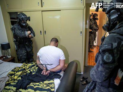 Agentes de la policía australiana vigilan a uno de los detenidos en una operación global contra el crimen organizado, este martes.