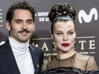 La actriz Debi Mazar junto a Paco León en el preestreno de la serie La Peste en el Cine Callao de Madrid el pasado 11 de enero.
