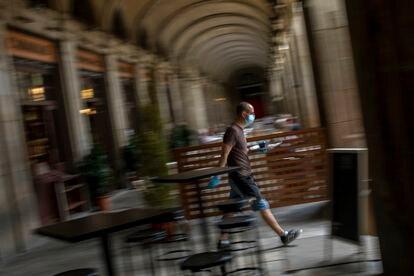 Un camarero trabaja en una terraza de Barcelona, este lunes.