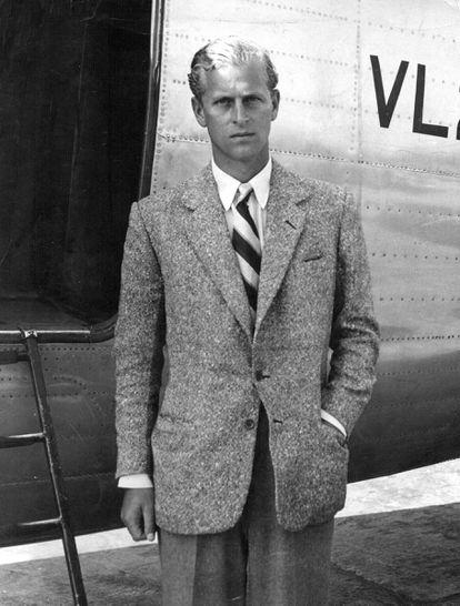 Felipe en 1947, cuando todavía era el lugarteniente Philip Mountbatten, prometido de la princesa Isabel, posa junto al avióntras regresar de unos días en Balmoral con su futura familia política.