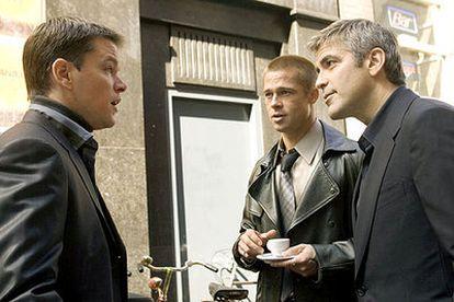 De izquierda a derecha, Matt Damon, Brad Pitt y George Clooney, en una secuencia de <i>Ocean&#39;s twelve</i>.