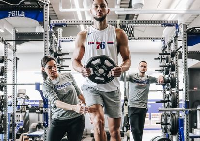 Lorena Torres supervisa un entrenamiento de Ben Simmons en el gimnasio de los Sixers