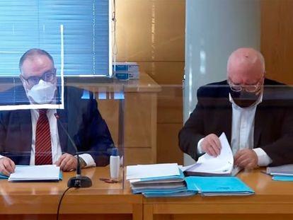 A la derecha y con mascarilla negra, el comisario jubilado José Manuel Villarejo, durante un juicio celebrado el pasado 15 de enero.