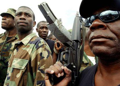 Guy Philippe (centro) en Haití en 2004, año del golpe.