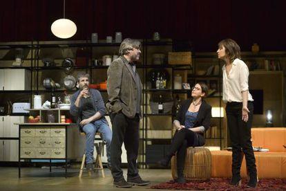 Los actores Nora Navas, Jordi Rico, Àgata Roca y Pere Arquillué durante 'Els veïns de dalt'