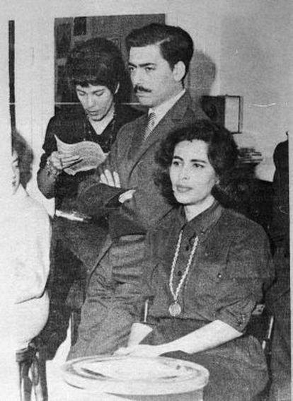 Mario Vargas Llosa y su esposa, Julia Urquidi, en París en 1961.