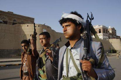 Un grupo de huthíes se manifiestan con sus armas contra los bombardeos árabes en Saná.