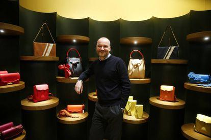 El diseñador Héctor Jareño, en la tienda Reliquiae, de la calle Serrano, 72, de Madrid.