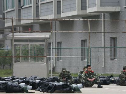 Policías tras disolver una pelea multitudinaria en la planta de Foxconn en Taiyuan en septiembre.