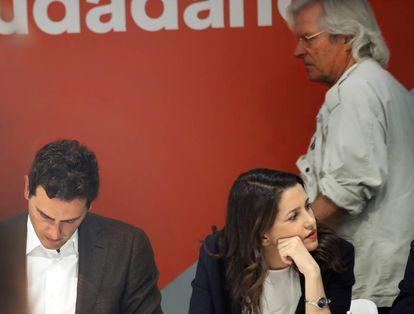 El eurodiputado Javier Nart pasa detrás de Inés Arrimadas y Albert Rivera, hoy en la reunión del Comité Ejecutivo del partido.
