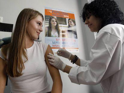 Una mujer joven recibe la primera dosis de la vacuna contra el virus del papiloma humano (VPH), en Madrid en 2008.