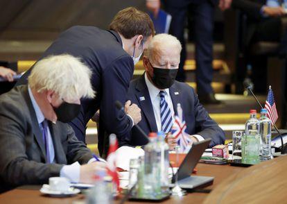 El presidente Emmanuel Macron de Francia, su par estadounidense, Joe Biden, y el primer ministro británico, Boris Johnson, el pasado junio en una cumbre de la OTAN en Bruselas