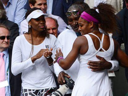 Robert Williams abraza a su hija Serena, ante la mirada de Venus Williams, después de la final de Wimbledon de 2012.