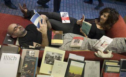 Félix González y Eva Cosculluela, dueños de la librería Los Portadores de Sueños en Zaragoza.