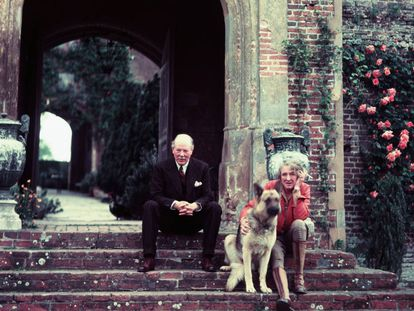 La poeta y novelista inglesa Vita Sackville-West con su marido, el diplomático Sir Harold Nicolson, en el palacete de Sissinghurst, en Kent, en 1960, acompañados por su perro. |