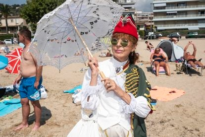 Agnès Mathieux, vestida con atuendos de la época de Napoleón en la playa de Golfo-Juan.