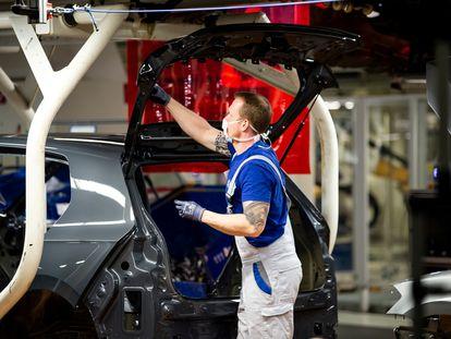 Un empleado en la fábrica de Volkswagen en Wolfsburgo, Aemania, en abril de 2020.