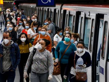 Usuarios del metro de Barcelona durante la pandemia.