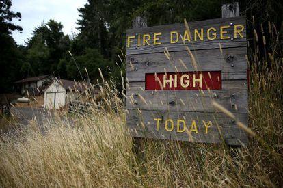 Un cartel alerta del alto riesgo de incendio en un parque en Lagunitas, California, este martes.