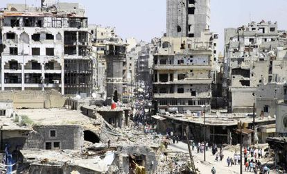 Un grupo de civiles llega a las ruinas de Homs el sábado pasado tras la evacuación de los rebeldes.