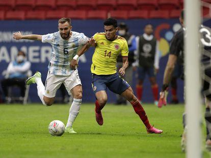 Luis Díaz supera a Germán Pezzella antes de anotar el empate de Colombia en la semifinal de la Copa América contra Argentina.