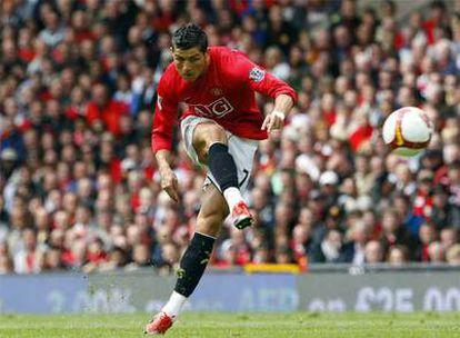 Cristiano Ronaldo remata a portería durante un partido de la <i>Premier</i> esta temporada.
