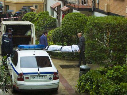 Empleados de la funeraria retiran el cadáver de la mujer fallecida en Llodio.