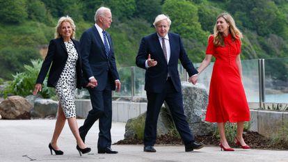 Joe Biden y Boris Johnson con sus esposas, Jill Biden y Carrie Johnson, durante el encuentro que han celebrado en Carbis Bay, Reino Unido, el 10 de junio de 2021.