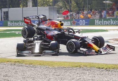 El Red Bull de Verstappen sobre el Mercedes de Hamilton, en el accidente del domingo en Monza