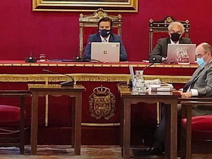 El alcalde de Granada, Luis Salvador, y su teniente de alcalde, José Antonio Huertas, junto al secretario general del ayuntamiento.