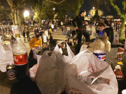 Miles de jóvenes participaron en un 'macrobotellón' prohibido en el parque de la Alameda de Santiago.