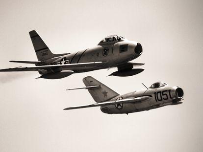 Un Sabre y un Mig-15 de la época de la guerra de Corea en un vuelo de exhibición.