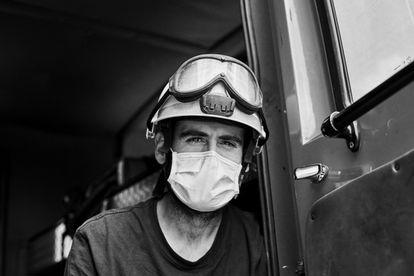 La imagen de un bombero realizada por las fotógrafas Adriana Eskenazi y Laura Encursiva para la muestra en el Palau Robert.