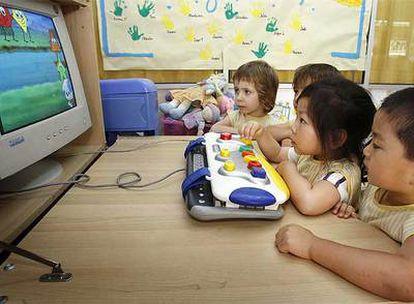 Niños del parvulario Ter Vint de Barcelona juegan con el ordenador.