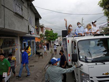 El candidato conservador, Guillermo Lasso, durante una caravana en Guayaquil, el pasado 20 de enero.