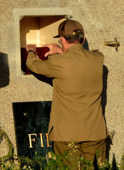 Raúl Castro deposita la urna de su hermano.