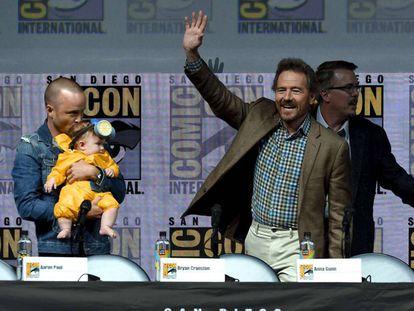 Aaron Paul con su hija, Bryan Cranston, y Vince Gilligan, en la Comic-Con de San Diego.