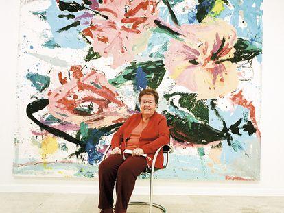 Helga de Alvear posa para ICON DESIGN en su galería de Madrid. Detrás de lla una obra de Jorge Galindo, uno de los artistas que representa.